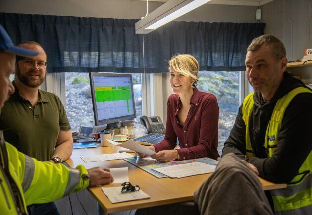Kari Andersson på kontoret i Lässerud med, från vänster, produktionsledare Peter Hagström, sin äldre bror Nils Andersson, produktionschef och styrelseordförande och utlastningsansvarig Michael Dalberg.