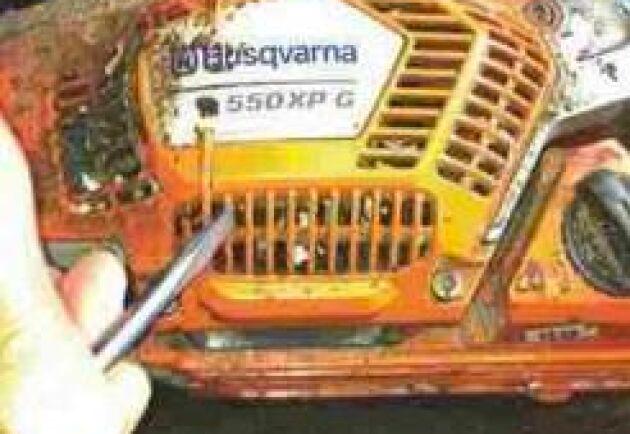 Kåpa: Även startapparatens kåpa sätts igen med spån och smuts. Håll rent så att kylande luftflöden inte hindras. Kåpan sitter fast med fyra skruvar som enkelt kan lossas om man vill göra rent på insidan.