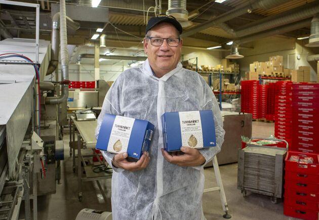 Bengt-Olof Olofsson visar upp tunnbrödet som de nu lanserar i hela landet. Det lokala bageriet har blivit rikstäckande.