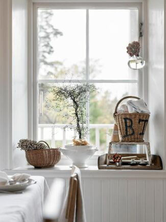 Alla fönstersmygar i huset är djupa och snedställda. Djupa för att väggarna är extra tjocka och välisolerade och snedställda för att ljuset ska flöda in. .