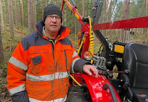 Peo Löfkvist har redan hunnit med att modifiera traktorn på flera sätt. Plexitak, ny ratt och förlängda spakar till vagnstyrningen är bara några. Närmast klurar han på om det är möjligt att även få till en vändbar stol.