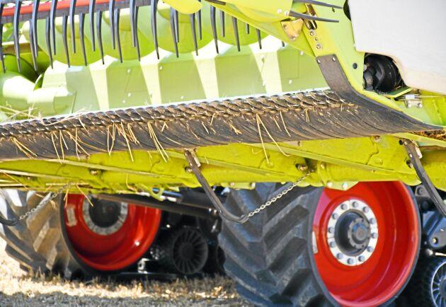 Skärbordet styrs aktivt av avkännarmedar och har inga stödhjul, utan bärs helt av inmatningskanalen.