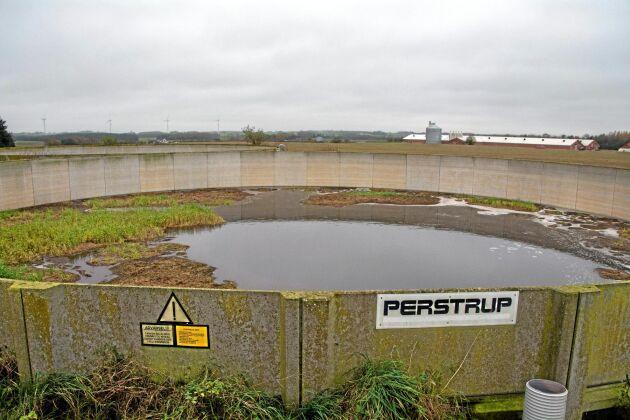 För grisuppfödare och även för andra animalieproducenter i Danmark blir fosfor den begränsande faktorn när marken ska gödslas. Rådgivarna föreslår i första hand att lantbrukarna ska försöka minska mängden fosfor i fodret för att slippa skaffa mer spridningsareal.