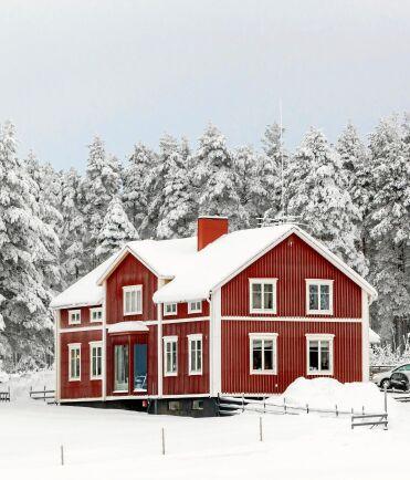 Det rejäla boningshuset på gården som är Britta-Karins släktgård,