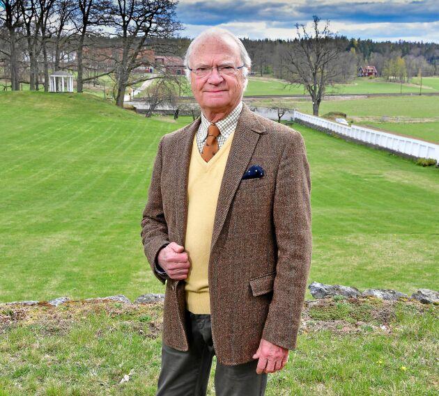 Kung Carl XVI Gustaf på Stenhammar slotts ägor.