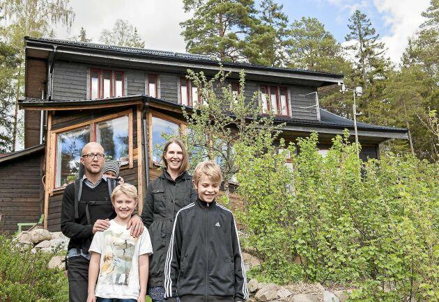 Magnus med sonen Samuel, 1 år, på ryggen. Framför står Olof, 9 år. Till höger Malin och Erik, 11 år. De har nu bott i huset i nio år.