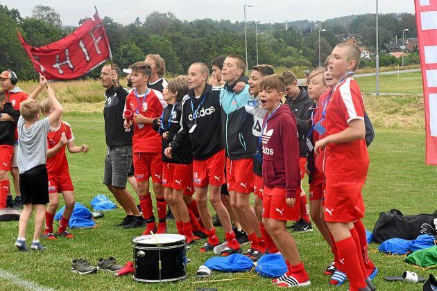 Killarna i föreningens pojklag gjorde vad de kunde för att hjälpa fram tjejerna under matchen.