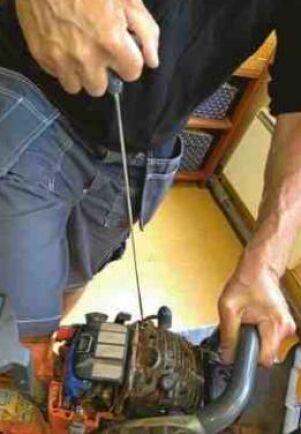 Om motorn är sur ska man också ventilera ut överflödig bensin ur cylindern. Det gör man genom att dra några gånger i startsnöret när tändstiftet är borttaget.