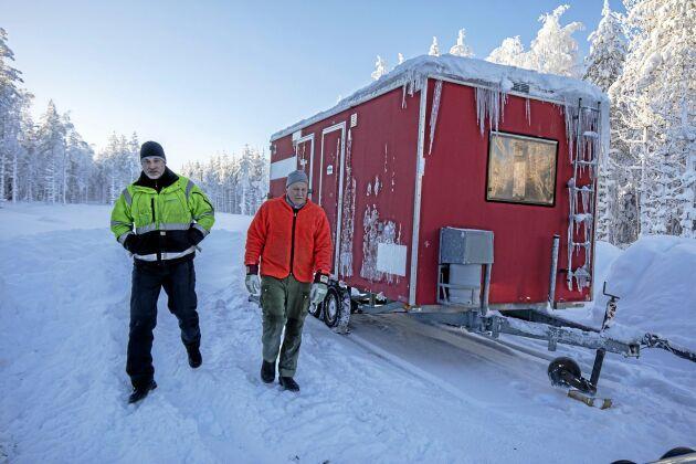 Stefan Sandgren och Lars- Olov Berggren turas om att köra skördaren i skift dygnet runt. De sover i kojan mellan varven.