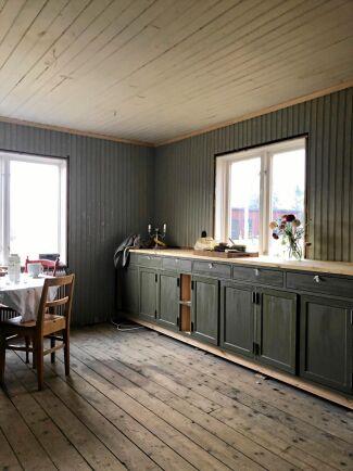 Köksskåpen byggdes på plats av en lokal snickare och Brita målade dem med linoljefärg i nyansen 'grönjord 60 procent'.