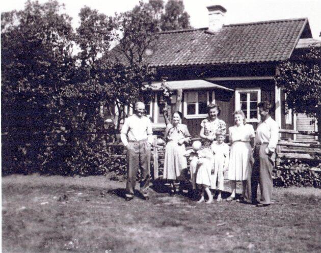 """Familjen som bodde i huset 1940. """"Grabben som kliar sig i ögonen skickade bilden till oss"""", säger Sigvard Eliason."""