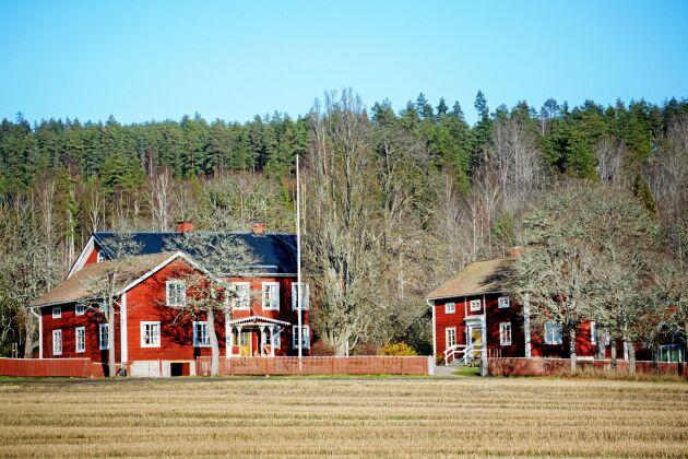 Sedan 1600-talet har Karin Perers släkt drivit sin skogsgård i Avesta kommun, gården har byggts till under århundradena.