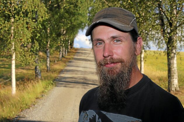 Mats Bergkvist bekämpade skogsbranden väster om Ljusdal med vatten i gödseltunnan och ett hopklämt plåtrör.