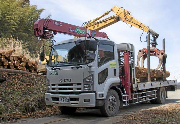 Lastbilar tar hand om transporten till virkesmarknaden.
