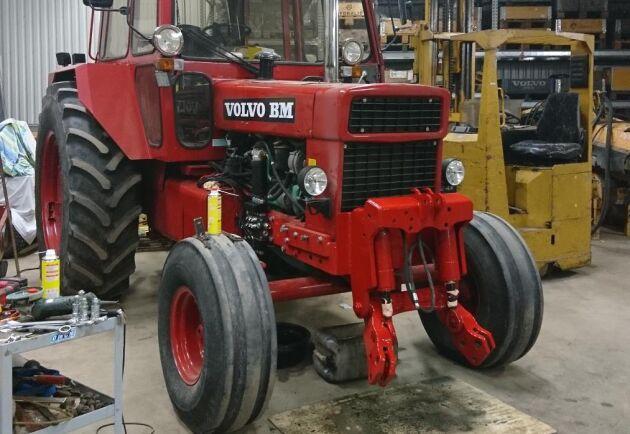 En verkstad gjorde jobbet med lyften på 2650:n och monterade bland annat ett nytt el-styrt ventilpaket. En ny ram förstärker traktorn så den bättre klarar påfrestningarna.