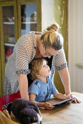 Helena gosar med 4-årige sonen Olle i köket.