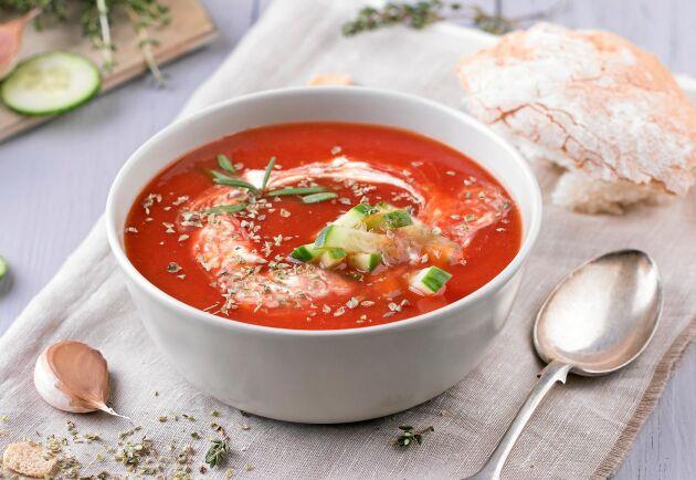 Gazpacho, kall tomatsoppa med sting, smakar alldeles underbart året om. Fantastiskt god soppa gjord på svenska tomater.