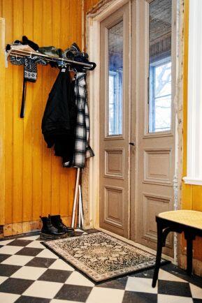 Hallen har fått ett nytt rutigt klinkergolv då det gamla var ruttet. Men dörrar och väggpanel är original målade med linoljefärg.