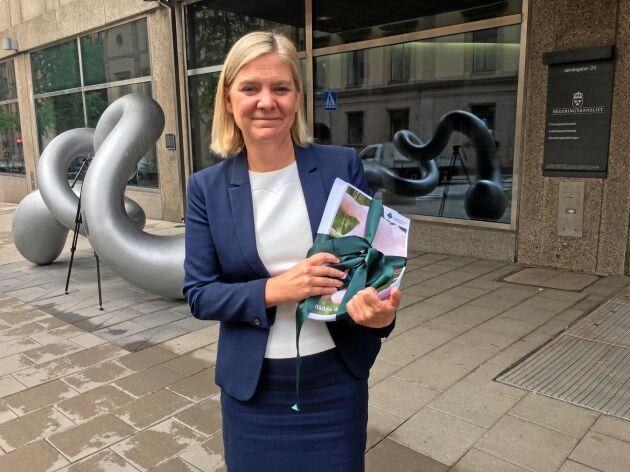 Finansminister Magdalena Andersson var imponerad av att LRF Lyckats samla in 42 000 namn till stöd för den svenska maten på så kort tid.