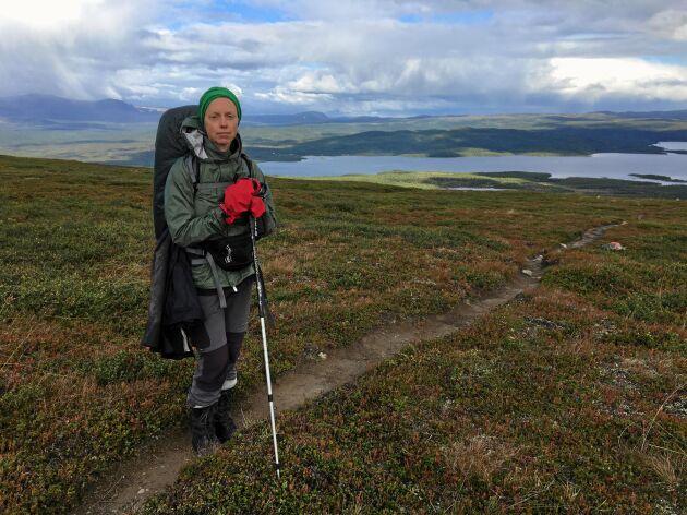 Bredare än så här är inte Kungsleden på den blygsamt vandrade delen söder om Kvikkjokk. Här har Elin Steen just tagit sig upp från sjön Tjeggelvas och är på väg söderut.