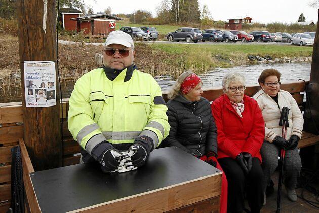 Sakta lägger båten ut från land med Jan Nilsson vid spakarna.