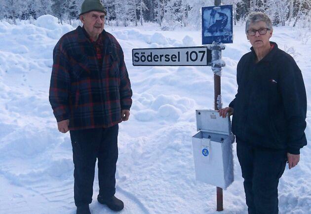 """""""Ett brev betyder så mycket"""", lyder etiketten på brevlådan. Nu kommer makarna Brodin att behöva åka 2,7 mil för att hämta sin post."""