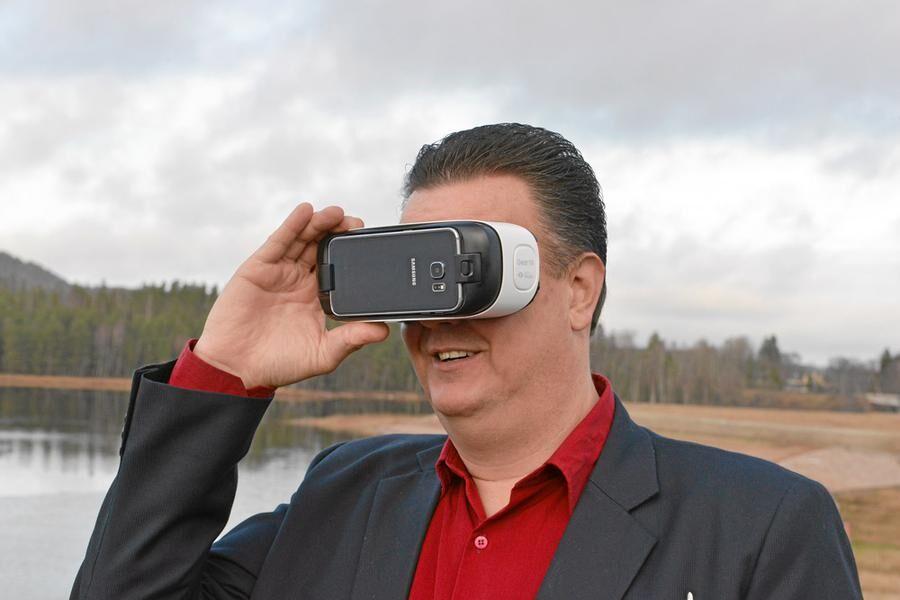 I VR-glasögonen kan Mikael Eliasson se hur anläggningen på Strandudden kommer att se ut. Foto: Oscar Magnusson.