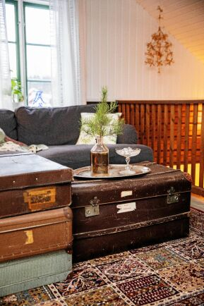 Kul idé att använda antika resväskor staplade på varandra – som soffbord!