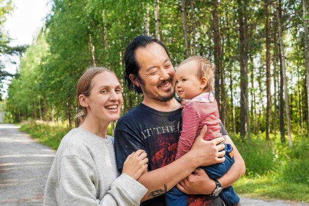 Lisa och hennes man Anthony Lui, som kommer från Australien och dottern Freija, 1 år, älskar lugnet i Norrfjärden, strax utanför Piteå.