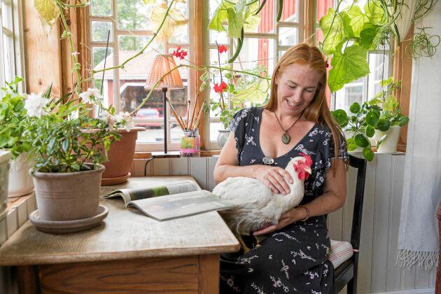 Att syssla med växter, hönsen och ankorna på gården har hjälpt Johanna att komma igen efter en utmattningsdepression.