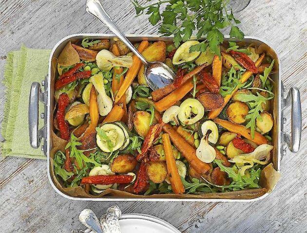 En färgglad mix av färskpotatis, morötter, zucchini och lök.