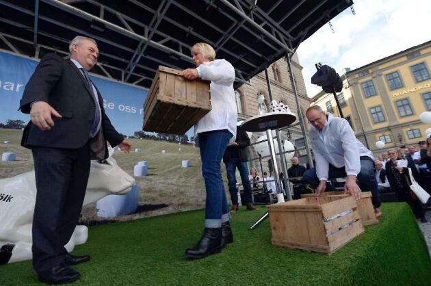 Under mjölkkrisen för två år sedan lämnade dåvarande LRF-ordförande Helena Jonsson över namnunderskrifter till stöd för svensk mjölk till landsbygdsminister Sven-Erik Bucht.