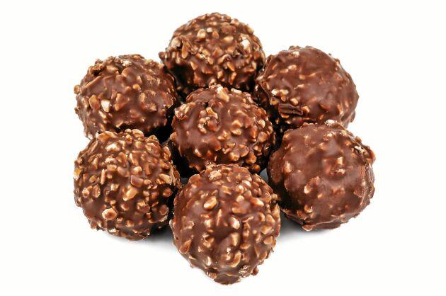 Hasselnötskräm och en hel nöt gömmer sig innanför chokladkulans hårda skal.