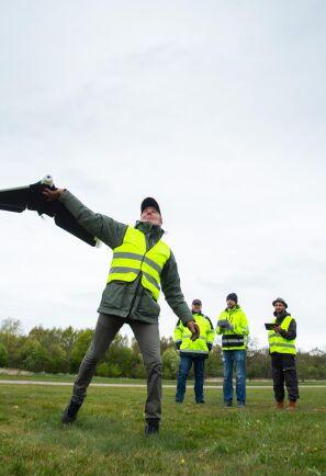 Start. Mats Johansson kastar iväg drönaren precis när Petter Ellgård varvat upp motorn. Studenterna turas om att öva start och landning tills det sitter.