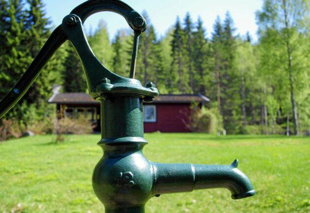 Vid den senaste mätningen som gjordes av SGU, Sverige geologiska undersökningar, var grundvattennivån rekordlåg på åtta platser i landet.