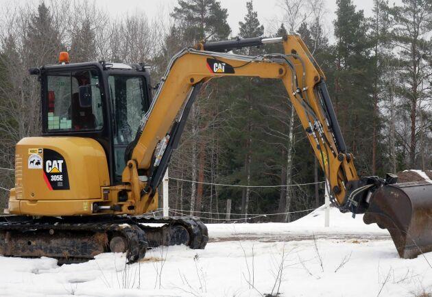 Gårdens grävmaskin är en Caterpillar 305E.