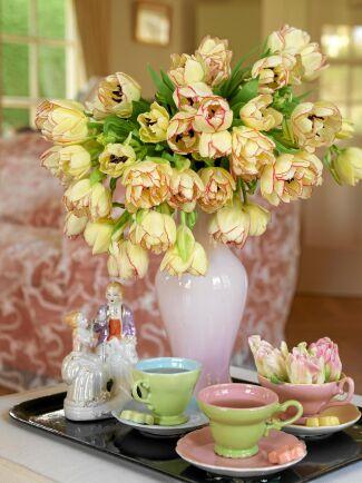 Tricket är att låta dem vara långa. Tulpanerna fortsätter sedan att växa i vasen så att blommorna vänder neråt. Foto: Blomsterfrämjandet