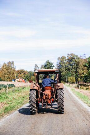Traktorn är oumbärlig på gården och Angelika fick snabbt lära sig köra den.