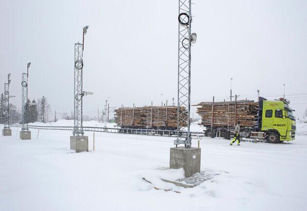 Haparandaterminalens volymberäkning sker via fjärravläsning från åtta kameror som fotograferar timmerlasset från alla sidor. Bilderna analyseras senare av operatörer på Biometris fjärravläsningscentral i Östersund.