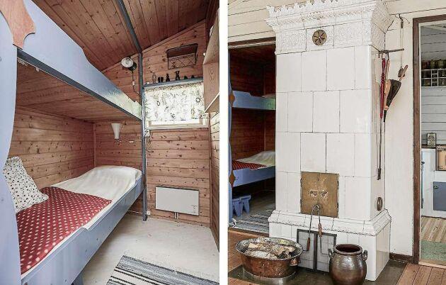 Våningssäng i det andra sovrummet och kackelugn för uppvärmning av samma stugas i vardagsrum.