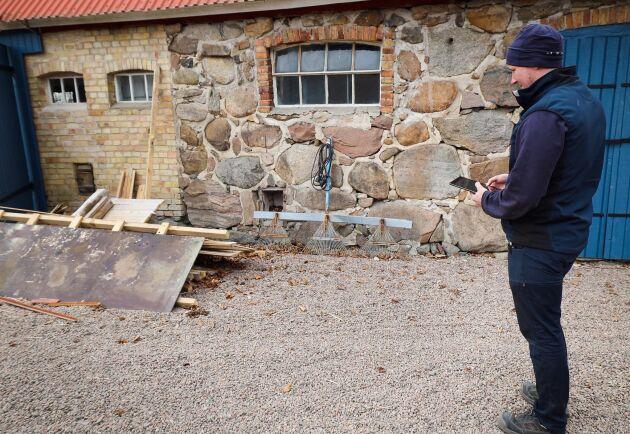 Notering. Skrot som ligger intill byggnader ska bort för att inte ge möss och råttor ställen att gömma sig eller bygga bo på.