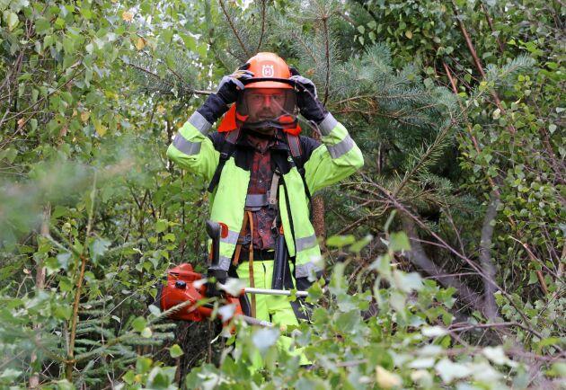 Den polska skogsarbetaren Kryzysztof Lenowiecki har fått se lönen sjunka på grund av den svaga svenska kronan.