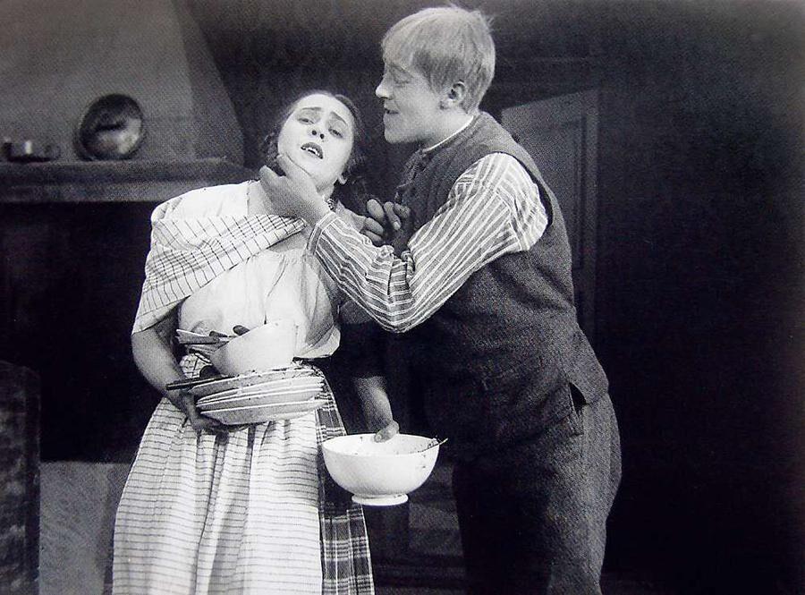 1923 var det stumfilm som gällde. Här Närkingarna med Greta Erholm.