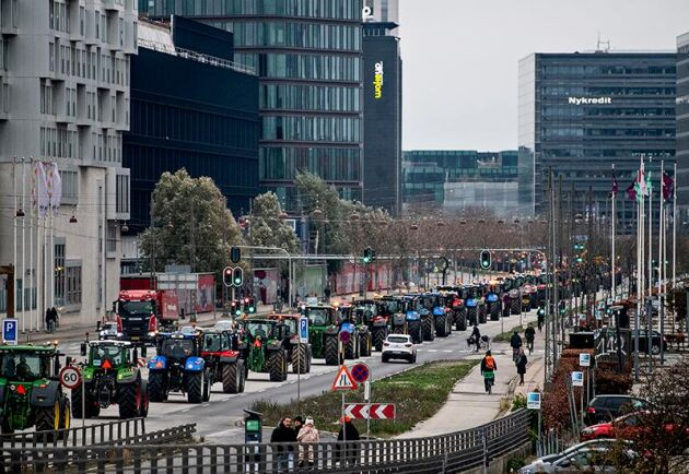"""Traktordemonstrationen under lördagen när den passerade Fisketorvet i Köpenhamn. Ledorden i protesten var """"mot maktmissbruk, bristande respekt för grundlagen och demokratin""""."""