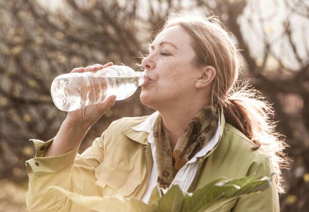 Det är viktigt att dricka vatten när sommarvärmen blir långvarig. Foto: Istock