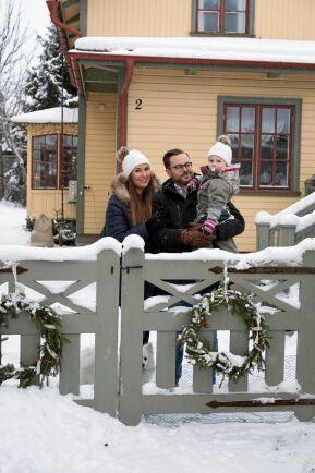 Karin Carlsson och Daniel Hyllgren och sonen Wille firar jul i sitt 1800-talshus i Storvik.