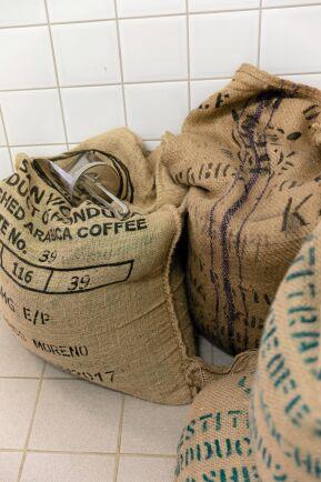 Säckar med noga utvalda kaffebönor. I dag rullas tio ton kaffe årligen in på säckakärra genom dörrarna.
