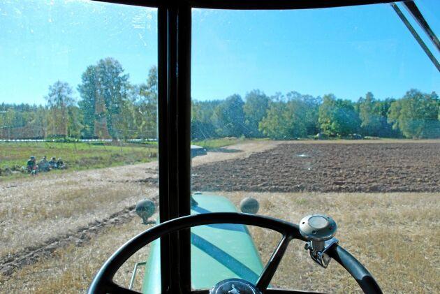 Dörrstolpen i mitten skymmer sikten en del men å andra sidan hade traktorerna på den här tiden en ljuddämpare som även den störde utsikten.