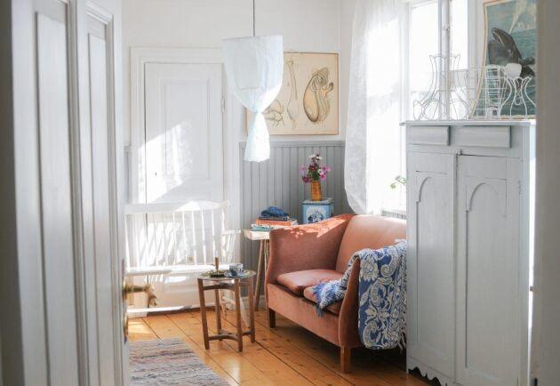 Den fina lampan vill ha en lampskärmstomme som du kan hitta på loppis och luftigt tyg.
