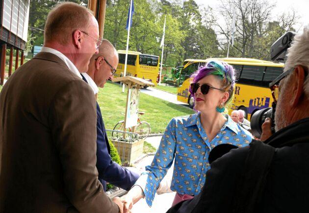 Här anländer Emilia Astrenius Widerström, LRF Ungdomen, till stämman. En fråga som togs upp inledningsvis av lantbrukaren Eva-Karin Hempel från Skåne är att hon vill se att LRF Ungdomen har tre fullmäktigeplatser på riksförbundsstämman i stället för tre platser med yttranderätt som de har i dag.